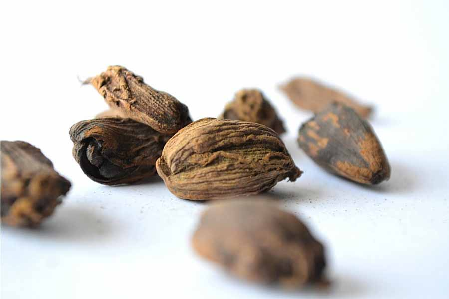 8 Nutmeg Essential Oil Benefits & Uses (Plus 12 Recipes, Tips & FAQ)